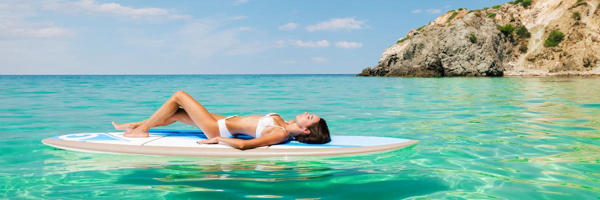 Sonnenbaden auf dem Surfbrett
